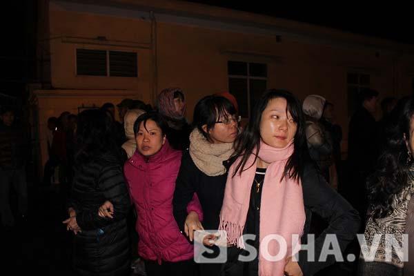 Đứng phía bên ngoài Tòa án nhân dân TP. Hà Nội, nhiều người nhà của Dương Chí Dũng và Mai Văn Phúc cùng các đồng phạm khóc nức nở sau khi biết kết luận của tòa án