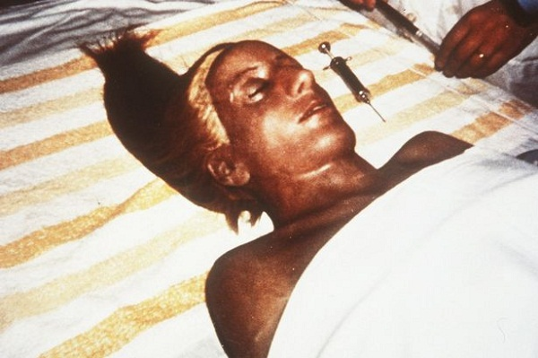 Thi hài bà Evita trải qua quá trình chính sửa lại vào năm 1974.
