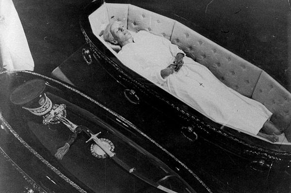 Thi hài bà Evita sau khi trải qua nhiều công đoạn ướp xác.