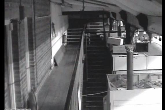"""Rợn tóc gáy với video """"ma"""" lên cầu thang vào siêu thị"""