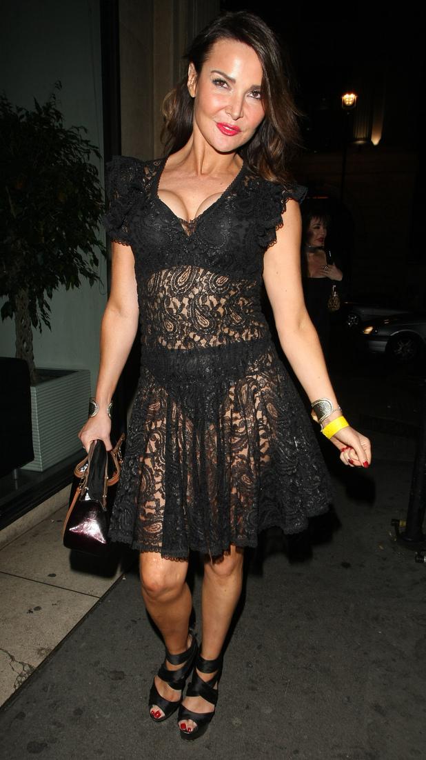 Lizzie Cundy vẫn còn rất quyến rũ dù đã ở tuổi 45