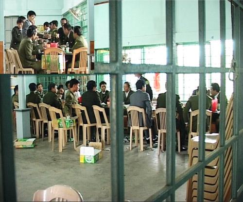 """Một nhóm cán bộ xã ở huyện Hải Lăng (Quảng Trị) bị ghi hình khi đang tổ chức """"giao lưu"""" hồi giữa tháng 2/2013 (Ảnh: Thanhniẻn.com.vn)"""
