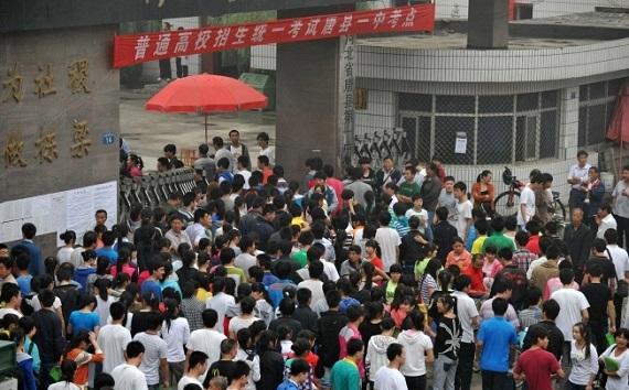 Bạo động bùng phát ở Chung Tường sau khi các giáo viên thiết chặt kỷ luật trong thi cử