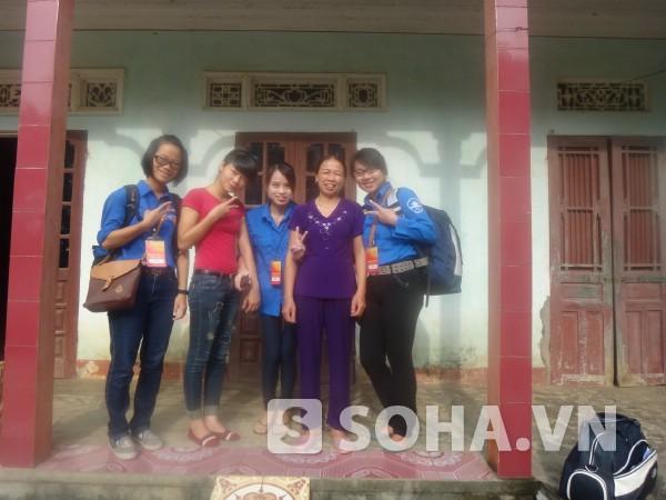 Cô nàng thủ khoa kép Yến Hằng (ngoài cùng phải) vinh dự, tự hào khi được tham gia các sự kiện tôn vinh thủ khoa tốt nghiệp xuất sắc của thủ đô vừa qua.