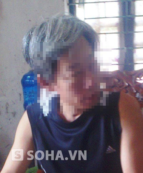 Ông Nguyễn Đăng Th. ( bố của nạn nhân Chinh) kể lại sự việc cho PV