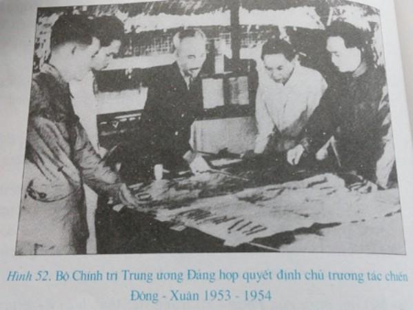 Bức ảnh có hình ảnh Đại tướng Võ Nguyên Giáp trong SGK lịch sử phổ thông hiện ảnh.