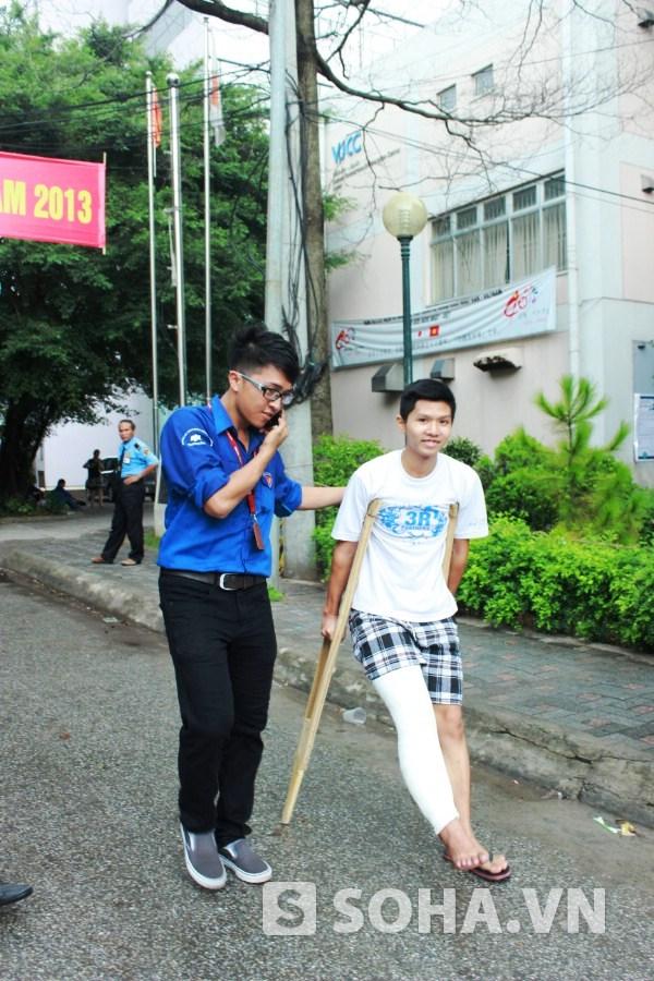 Thí sinh dự thi ĐH Ngoại thương khối D bị tai nạn từ hôm 23/6 chống nạng đi thi.