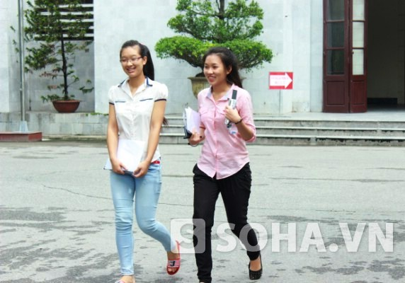 Những học sinh ra đầu tiên môn thi sáng nay tại ĐH Tự nhiên với nụ cười trên môi.