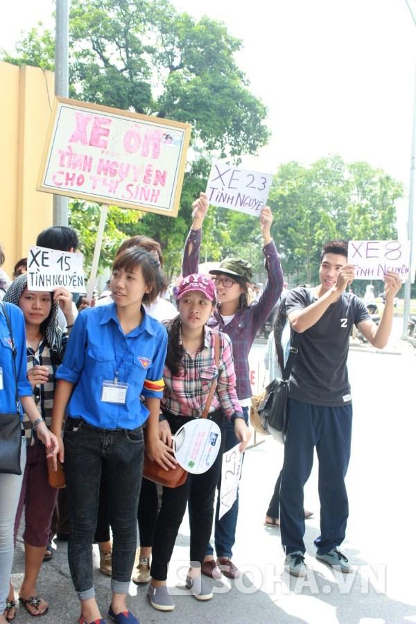 Nhóm tình nguyện viên chở phụ huynh, thí sinh miễn phí ra bến xe có mặt tại cổng trường ĐH Nhân văn.