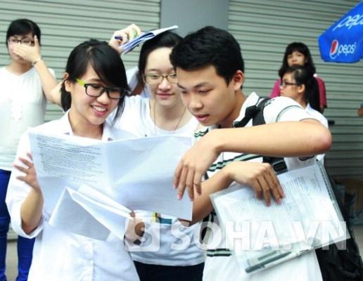 Thí sinh cùng nhau trao đổi bài, tươi cười với kết quả mình làm được sau môn thi Ngoại ngữ tại ĐH Ngoại thương (chiều 9/7).