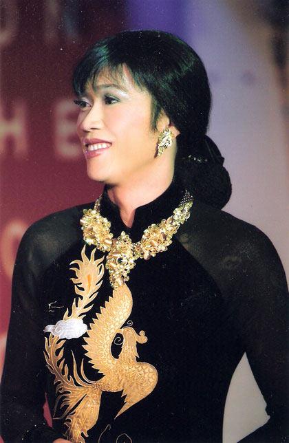 Hoài Linh trong một lần trình diễn.