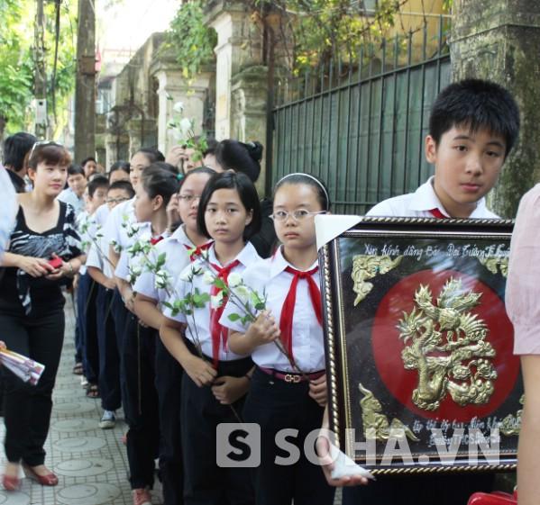 Tập thể lớp của Trường THCS Đống Đa dâng hoa bày tỏ sự kính trọng, tiếc thương trước sự ra đi của Đại tướng.