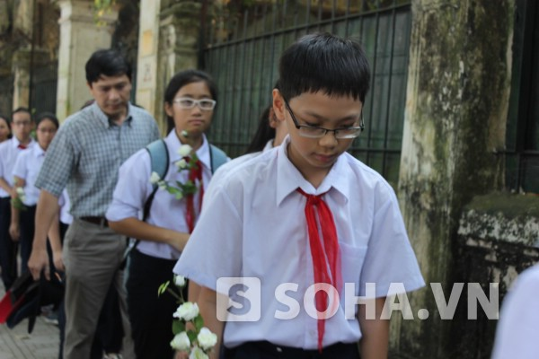 Cô sinh viên 'tí hon' lê từng bước đến viếng Đại tướng