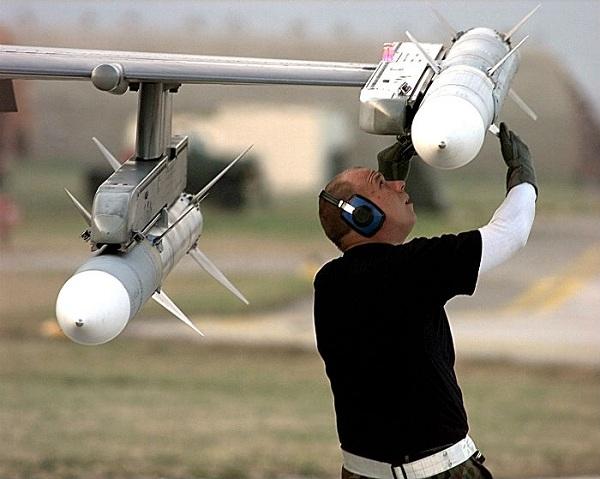 AIM-120C-7 AMRAAM được thiết kế để phục vụ tác chiến ngoài tầm nhìn (BVR)