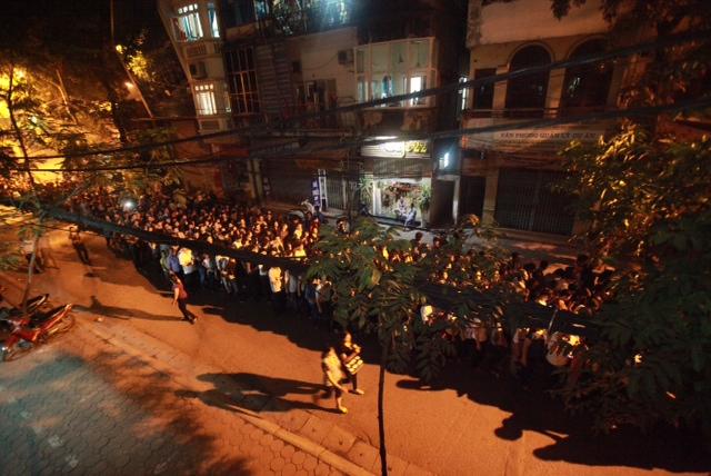 Trong đêm tối, dòng người vẫn đổ về Nhà tang lễ viếng Đại tướng