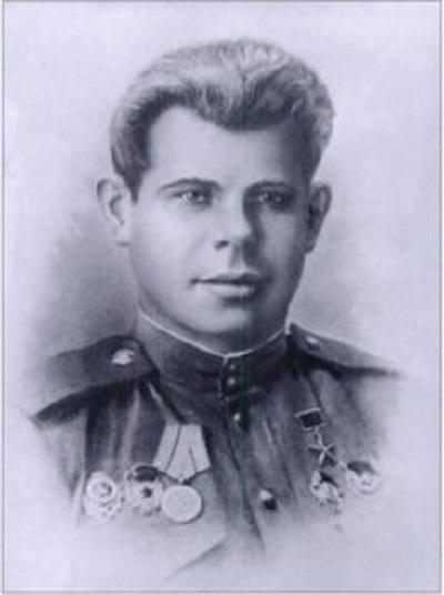 Koulikov, bạn thân và cũng là người huấn luyện Sidorenko trở thành xạ thủ bắn tỉa.