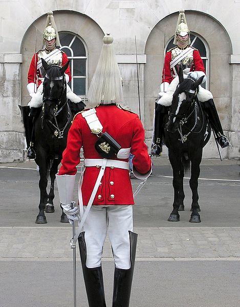 """Thượng sĩ Craig Harrison (bên trái cưỡi ngựa) của Quân đoàn """"Blues and Royals"""""""