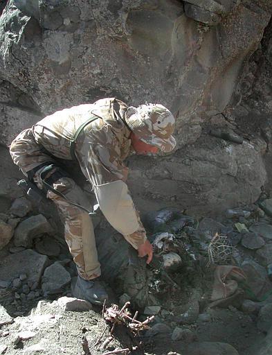 Arron Perry vào năm 2002 trong chiến dịch Anaconda tại Afghanistan.
