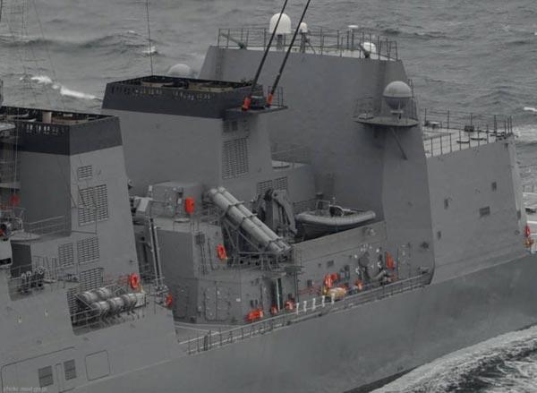 Cận cảnh vị trí lắp đặt tên lửa chống hạm Type-90 tầm bắn 200km trên tàu khu trục Akizuki.