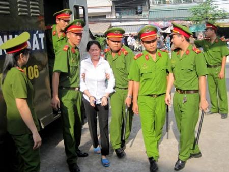 Vợ trung tá CSGT đầu độc chồng khóc xin mẹ chồng tha thứ