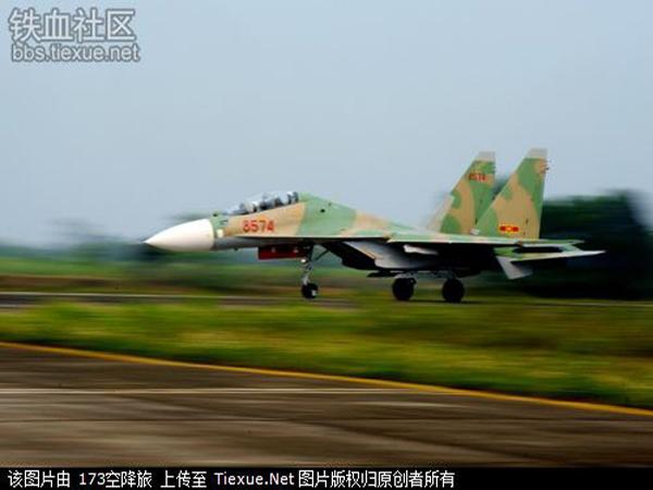 Hình ảnh những chiếc Su-30MK2V của Không quân Việt Nam trên báo Trung Quốc. Tờ báo này cho rằng với việc nhận được hàng loạt những chiếc Su-30MK2V mới, Không quân Việt Nam đang tăng cường đào tạo khẩn trương đội ngũ phi công và hoa tiêu thiện nghệ để có thể làm chủ thiết bị, công nghệ mới hiện đại.