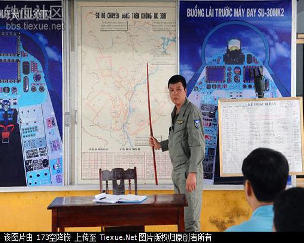 Phi công Việt Nam đang học lý thuyết sau giờ thực hành vất vả