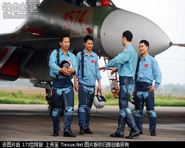 Phi công Việt Nam sau những giờ thực hành vất vả với trang thiết bị bay mới