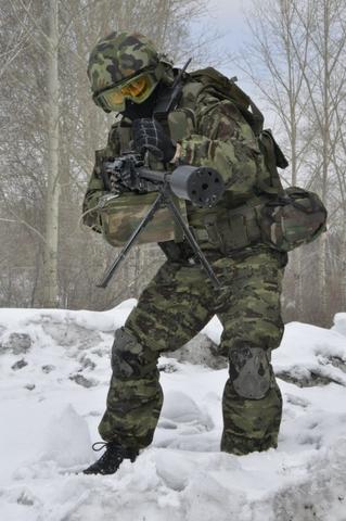 Lính đặc nhiệm Nga với bộ trang bị quân phục ngụy trang mới, đặc biệt là khẩu súng máy với thiết kế đầu nòng khác lạ.