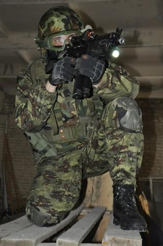Một biến thể súng tiểu liên AK với nòng ngắn và thiết kế gọn nhẹ, được tích hợp đầy đủ các khí tài tăng cường khả năng quan sát như kính chỉ thị điểm đỏ vào mục tiêu và đèn pin.