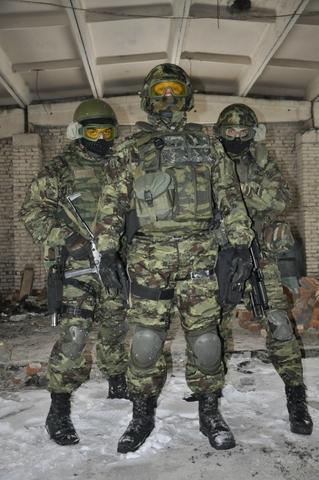 Theo quan sát, bộ quân phục ngụy trang mà 3 lính đặc nhiệm Nga đang mặc trên người là rất mới mẻ, có thể đây là một loại quân phục mới cho một số đơn vị đặc nhiệm.