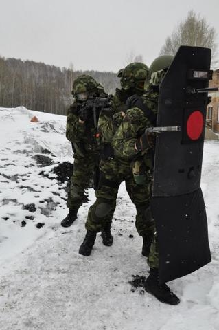 3 lính đặc nhiệm Nga hoạt động tiếp cận mục tiêu nhờ vào lá chắn đạn.