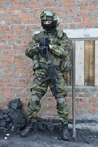 Để đảm bảo tính cơ động, gọn nhẹ và chắc chắn, có khả năng đánh gần tốt, lính đặc nhiệm Nga thường trang bị súng trường tấn công nhỏ như khẩu AK đặc biệt đeo ngang bụng.