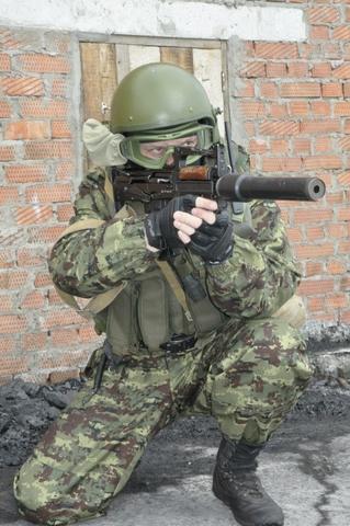 Các loại vũ khí mà họ được trang bị rất đa dạng, nhằm đáp ứng tốt tất cả các yêu cầu khác nhau. Trong ảnh là lính đặc nhiệm sử dụng súng trường tấn công kiểu Bull-pup của Nga.