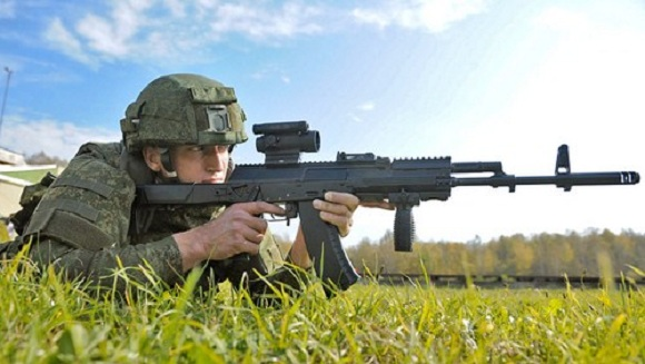 Binh sĩĩ Nga sử dụng súng trường tấn công AK-12.