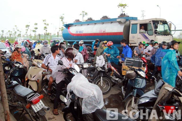 Mưa lớn khiến nhiều phương tiện không thể tiếp tục di chuyển