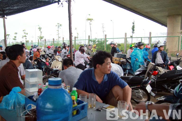 Nhiều bỏ xe dưới đường và ngồi uống nước chờ mưa tạnh