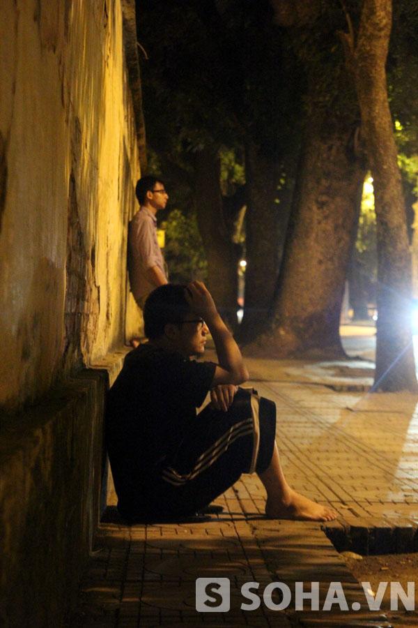 Một thanh niên ngồi thẫn thờ trước cửa nhà Đại tướng.