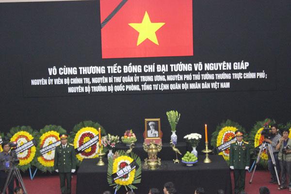 Hai đại tá Lê Hùng và Đại tá Ngô Văn Thông thay mặt chiến sĩ quân khu 4 đứng trang nghiêm hai bên linh đài.