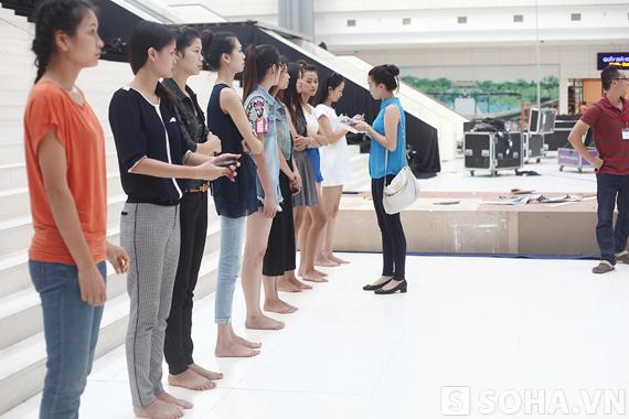 Top10 HHVN2010 Trương Tùng Lan tận tình hướng dẫn các người mẫu.