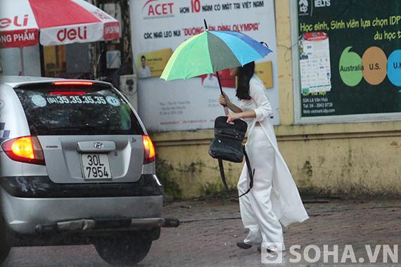 Học sinh thủ đô đón khai giảng trong mưa gió