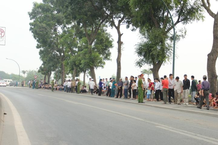 Dù xe đưa lĩnh cữu Đại tướng còn cách xa, nhưng người dân đã tập trung ở hai bên đường để tiễn đưa người.