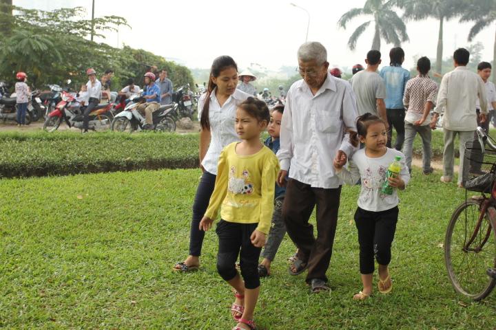 Không chỉ người già, mà các em trẻ nhỏ cũng tới tiễn đưa linh cữu Đại tướng.