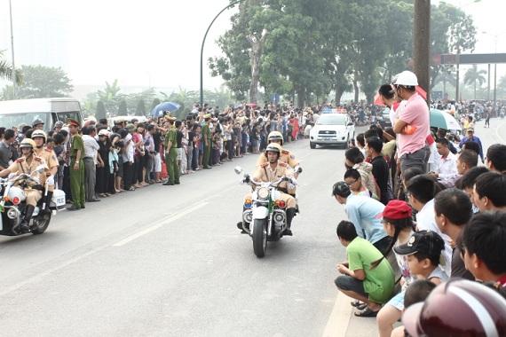 CSGT làm nhiệm vụ trước khi xe chở linh cữu Đại tướng đi qua khu vực cầu Thăng Long.