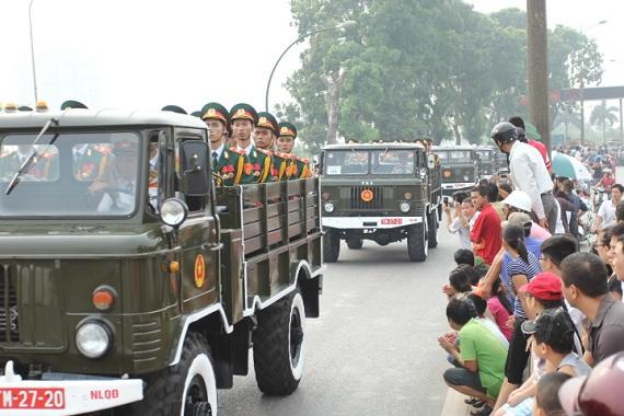 Giây phút xe chở linh cữu Đại tướng đi qua khu vực gần cầu Thăng Long.