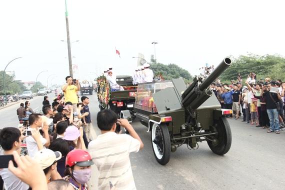 Mọi người đều xúc động khi xe chở linh cữu Đại tướng đi qua.