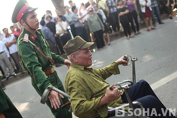 Hình ảnh người chiến sĩ đẩy chiếc xe lăn cho một cựu binh vào viếng Đại tướng Võ Nguyên Giáp.