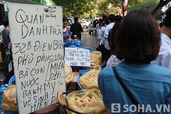 Quán cafe hỗ trợ miễn phí bánh mỳ và nước cho người dân đến viếng.