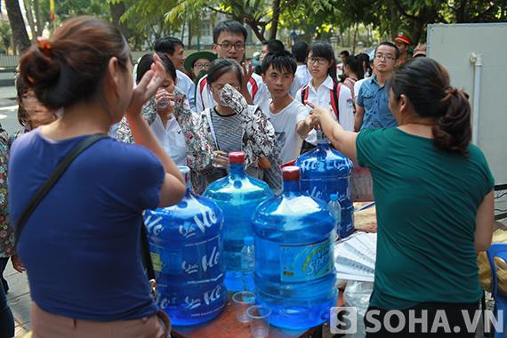 Một quán cafe trên đường Điện Biên Phủ tặng miễn phí nước và bánh mỳ cho những người dân xếp hàng vào viếng.