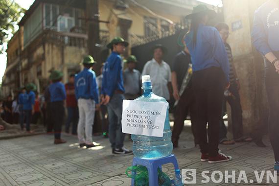 Nước miễn phí được đặt dọc con đường Hoàng Diệu để phục vụ người dân.