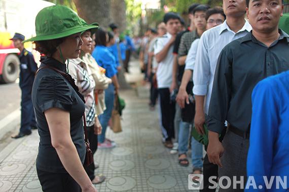 Thành viên chi hội phụ nữ phường Điện Biên cũng ra quân hỗ trợ lực lượng cảnh vệ và thanh niên tình nguyện tại khu vực diễn ra lễ viếng Đại tướng Võ Nguyên Giáp.
